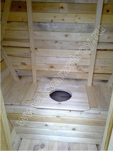 В туалете имеется откидная крышка для установки ведра.  Также туалет